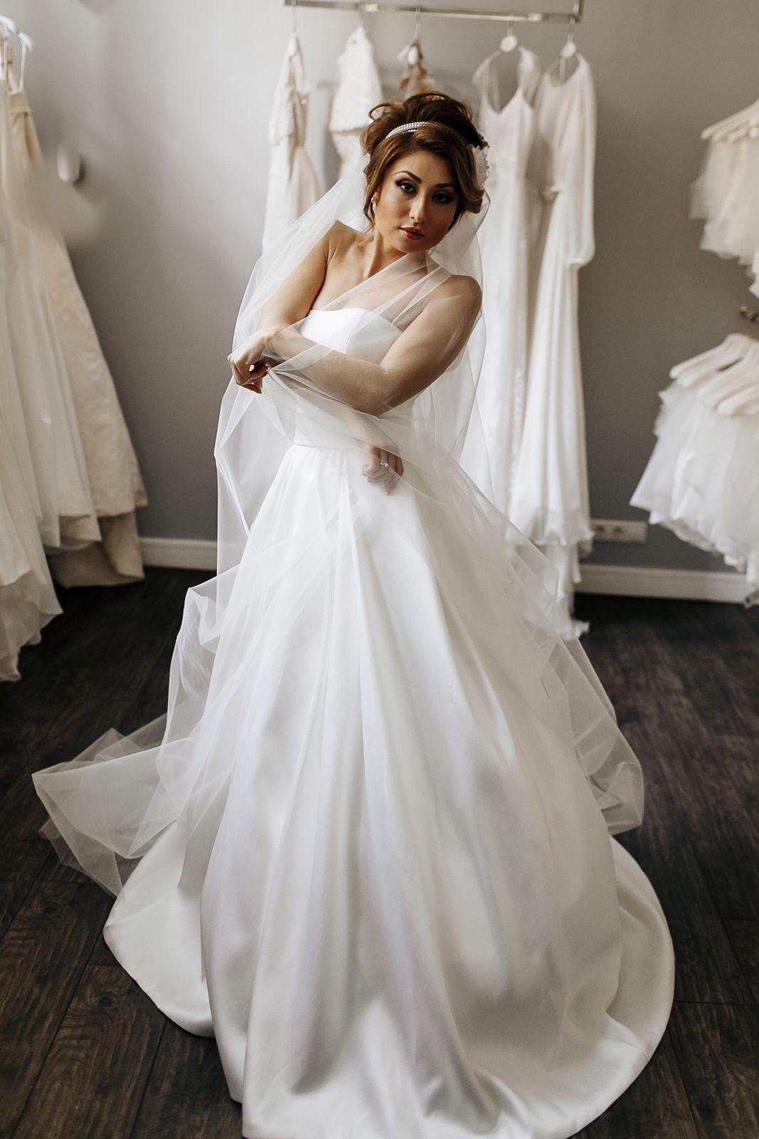 В образе нашей героини, стилист, свадебный организатор и руководитель свадебного салона учли все необходимые факторы. Невеста выглядит великолепно