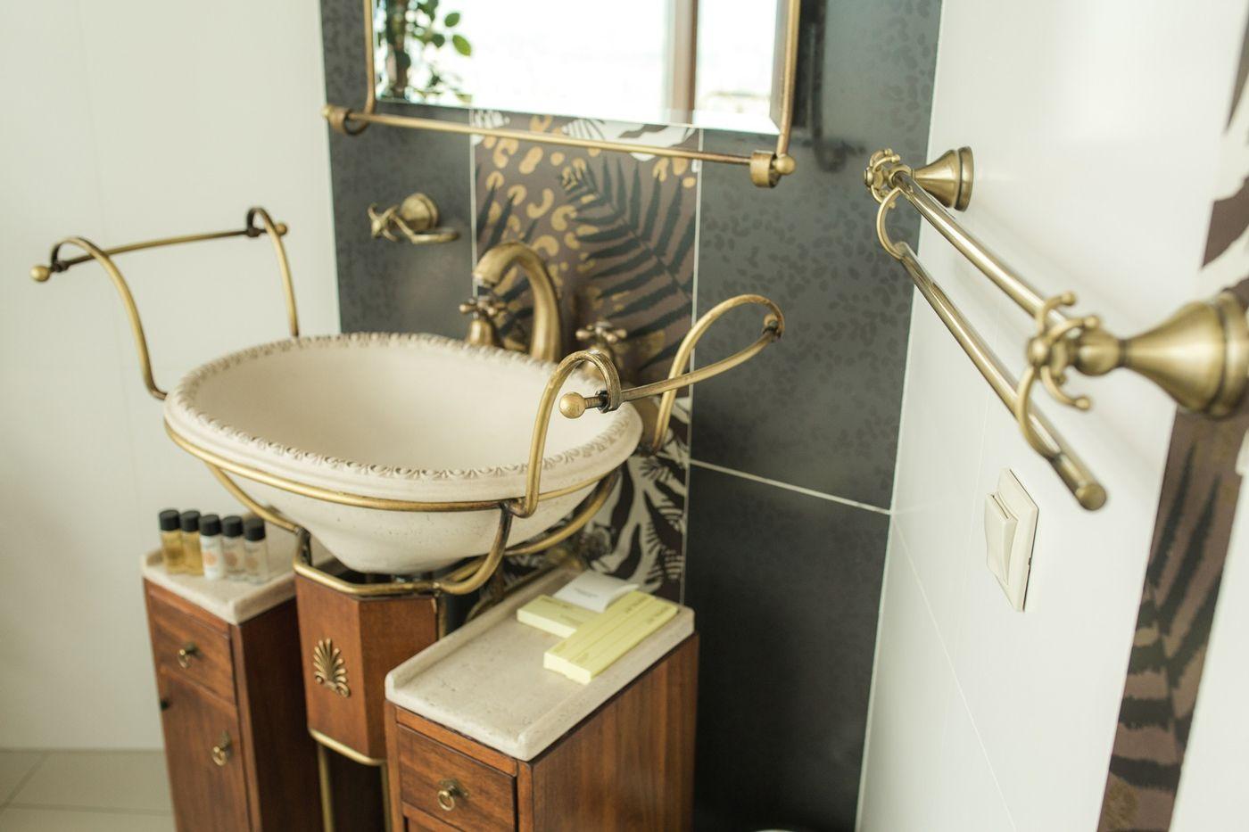 Анжелика Вартересян, свадебный организатор. Лично меня больше всего завораживают эти ванны наножках. Янезнаю ниодного человека, ктобы видел ихнафоне стеклянной стены иневоскликнул: «Это моя мечта! Явсегда хотел, чтобы уменя была такая ванна!» Это по-настоящему завораживает. Утро невесты можно начать вванной. Больше нигде такой возможности, пожалуй, нет.