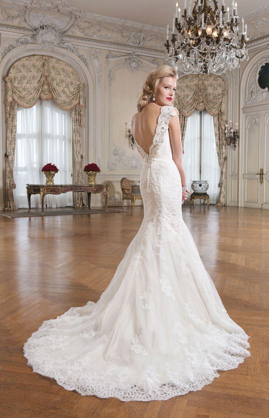 Екатерина Булычёва, управляющая салоном «Флер д'Оранж». Оригинальное свадебное платье выделяется выразительным кружевом и классическим кроем