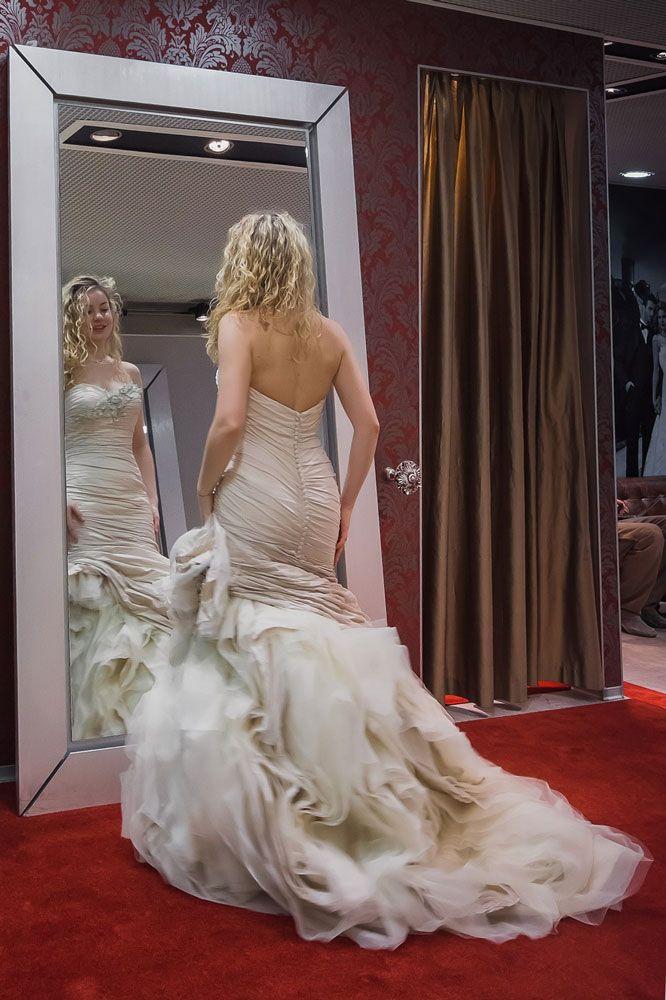 Анастасия Беляева примеряет свадебное платье