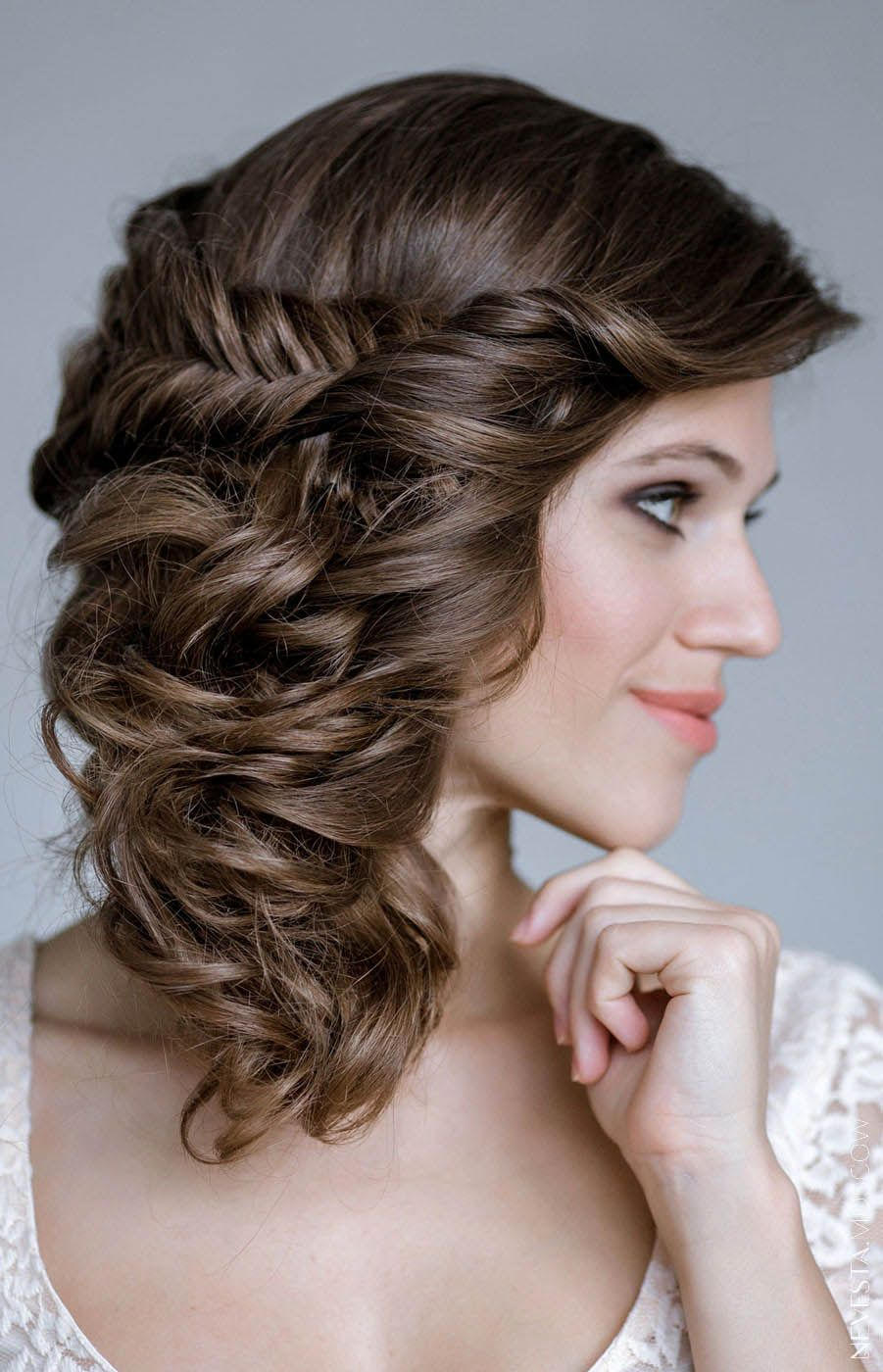 Прически на средние волосы кудри косой на бок