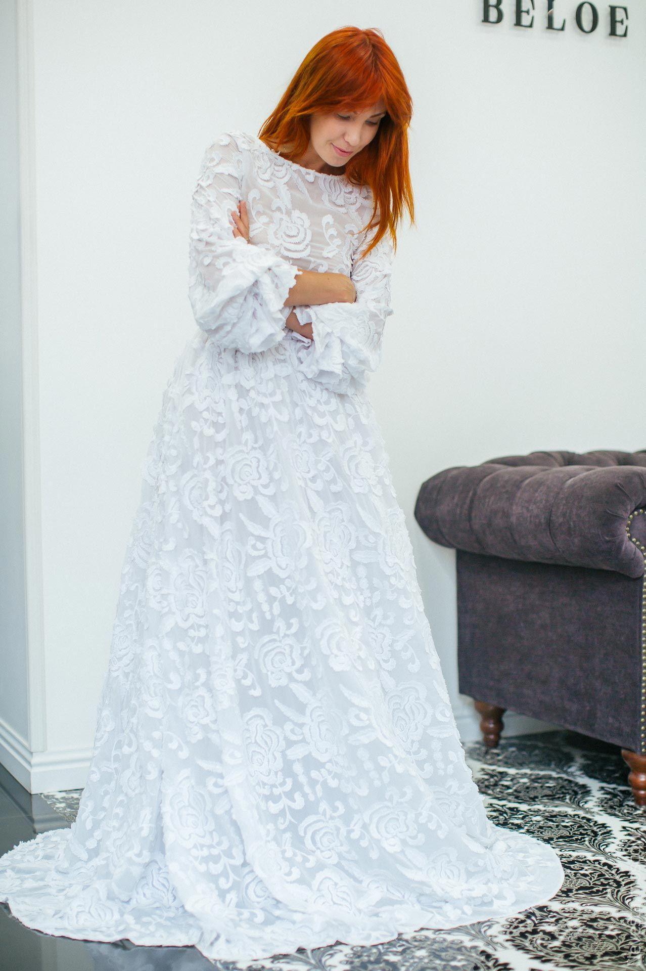 Катерина Кирильчева примеряет свадебное платье