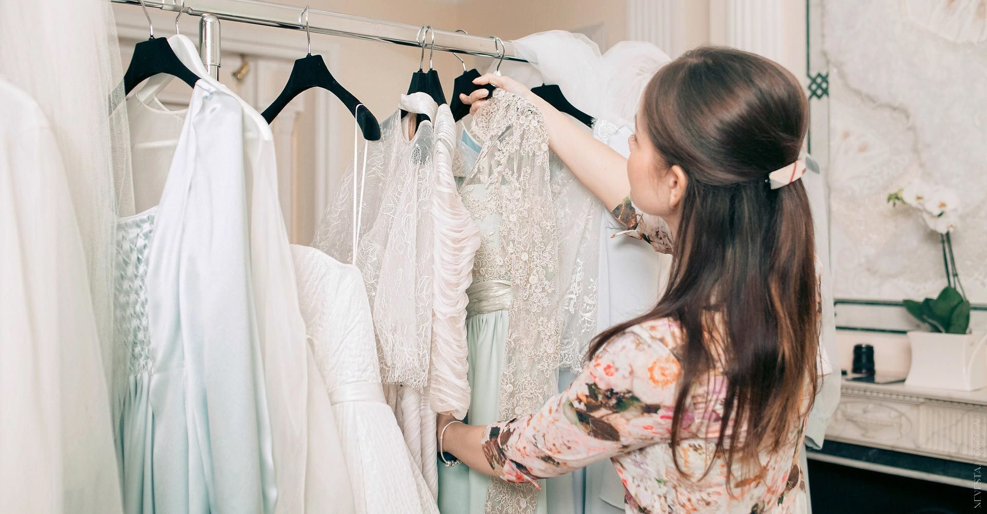 Мария Лесовая примеряет платье