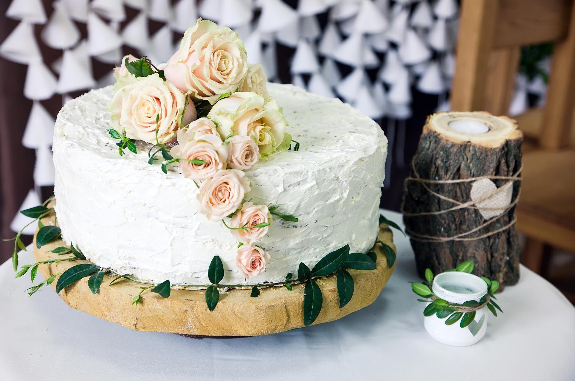 Свадебный торт, покрытый кремом