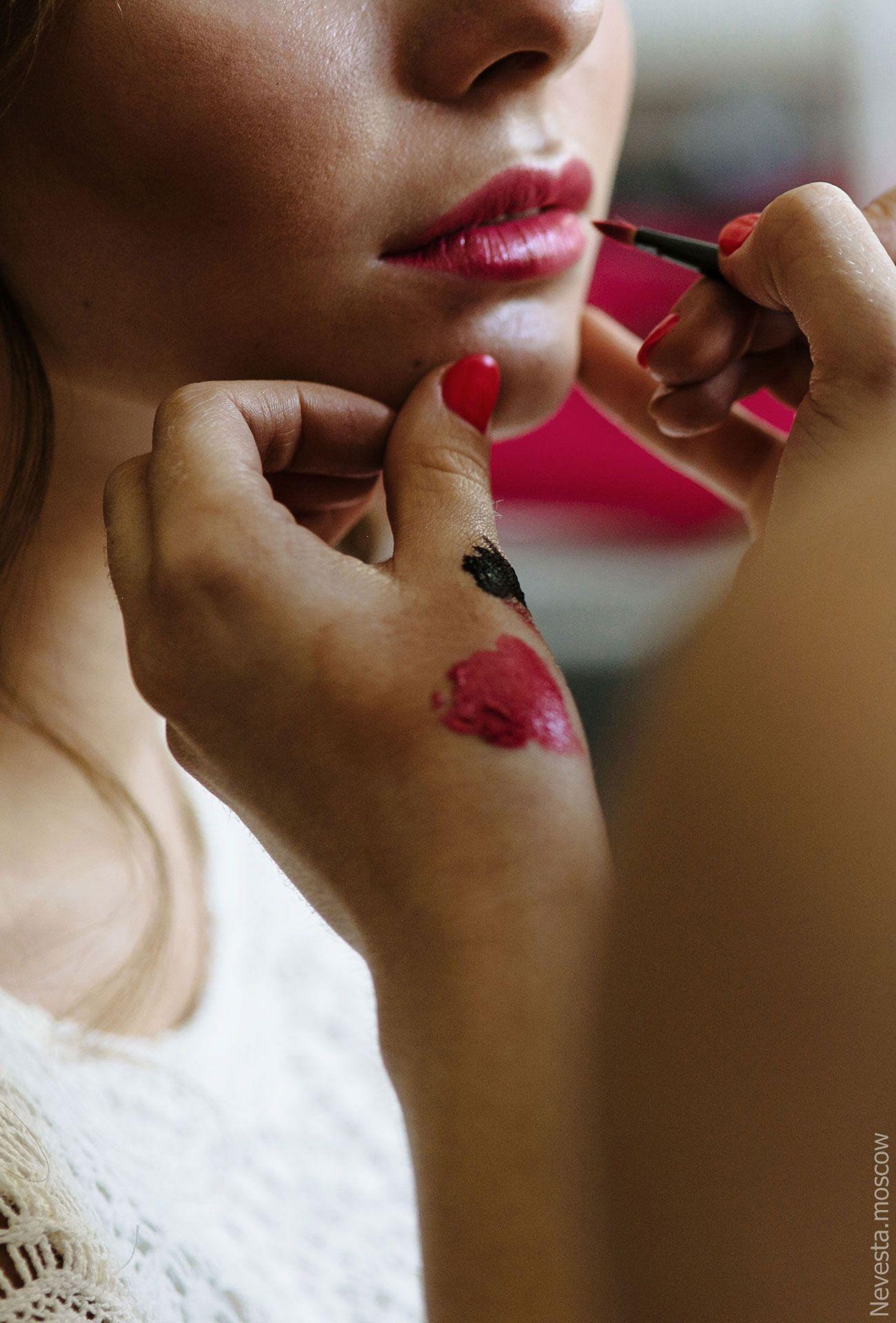 Сиренево-фиолетовая гамма, стрелки, макияж стилист