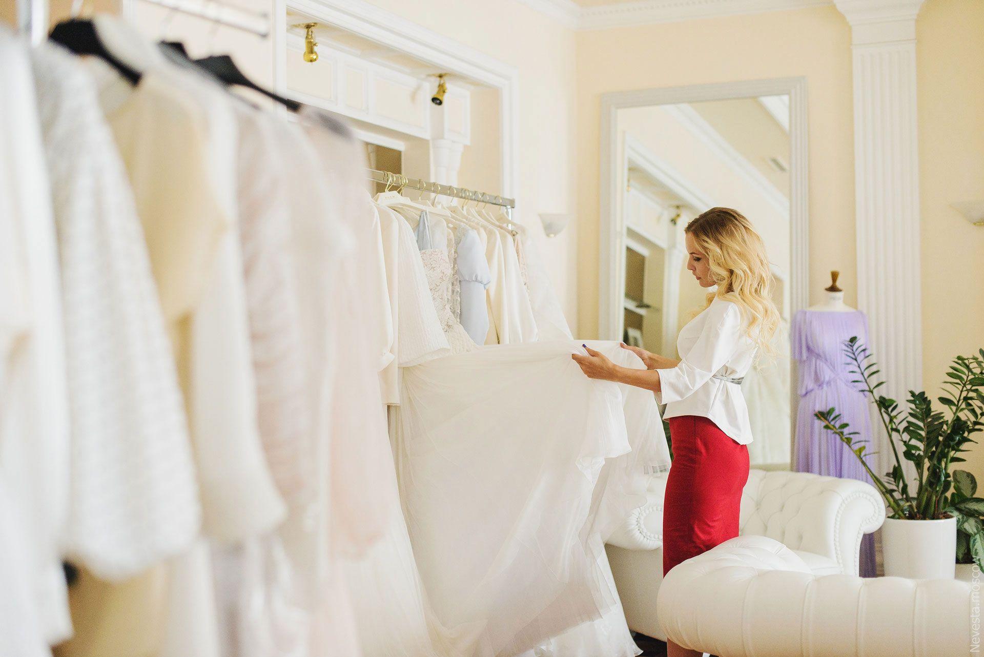 Анастасия Денисова примеряет свадебное платье фото 11