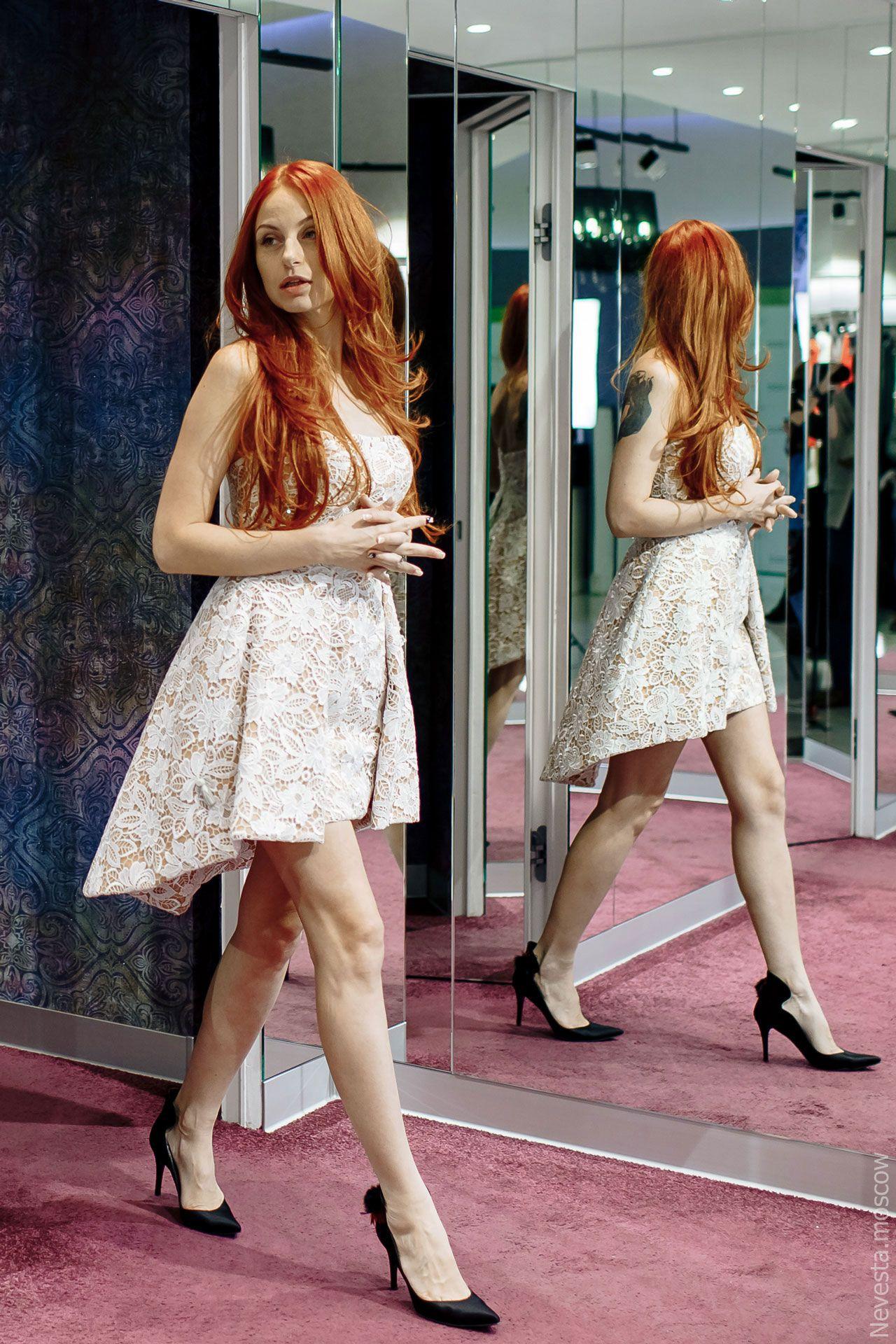 Солистка группы «Чи-Ли» Ирина Забияка примеряет платье, фото 3
