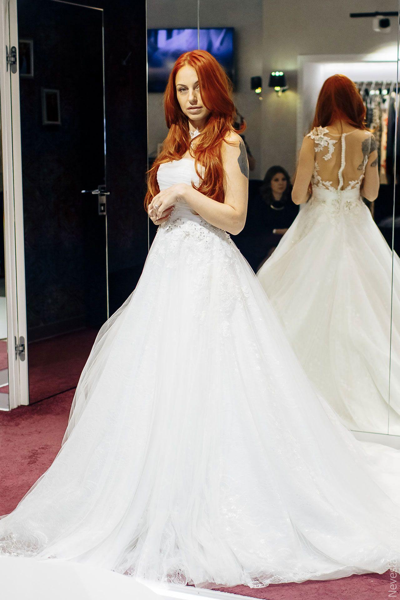 Солистка группы «Чи-Ли» Ирина Забияка примеряет платье