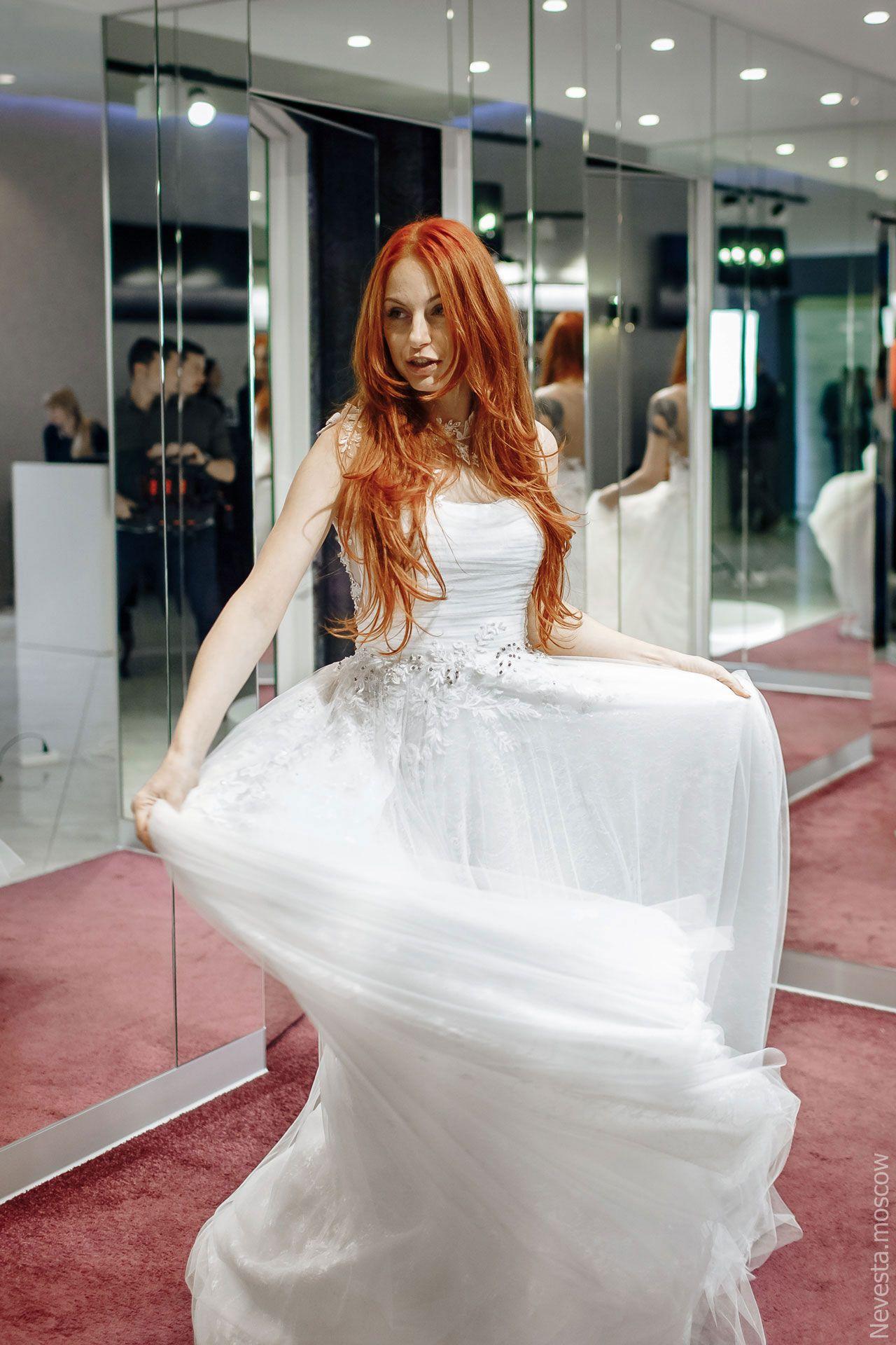 Солистка группы «Чи-Ли» Ирина Забияка примеряет платье, фото 1