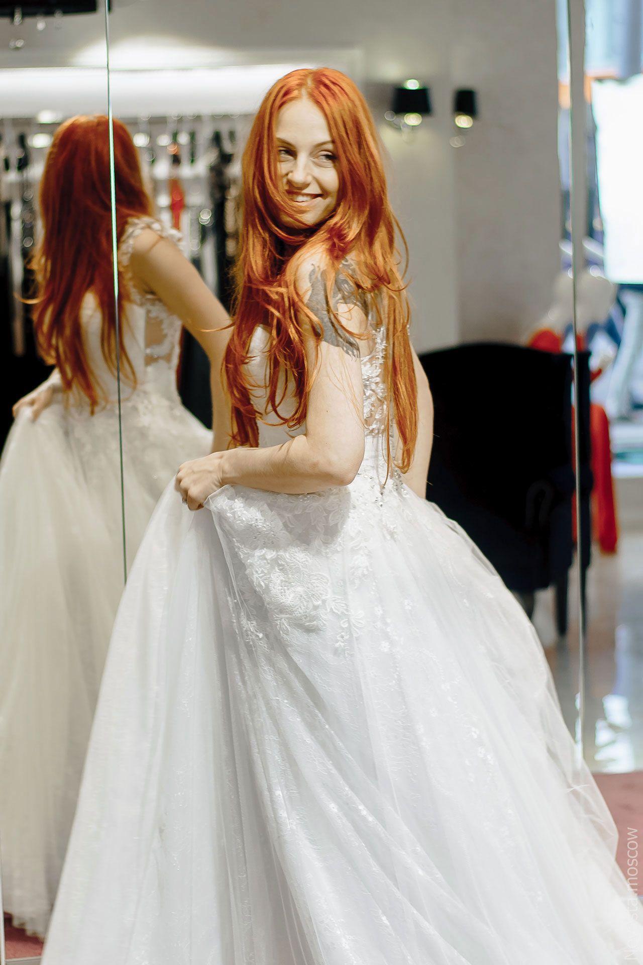 Солистка группы «Чи-Ли» Ирина Забияка примеряет платье, фото 2