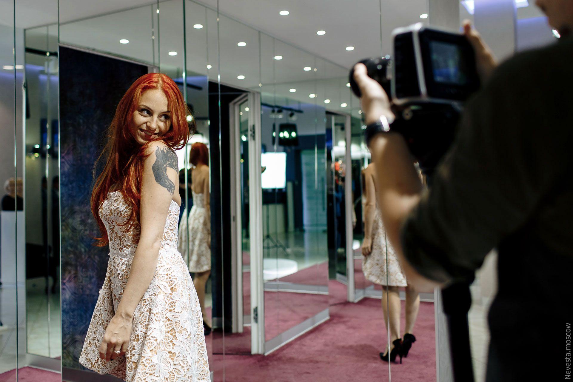 Солистка группы «Чи-Ли» Ирина Забияка примеряет платье, фото 12
