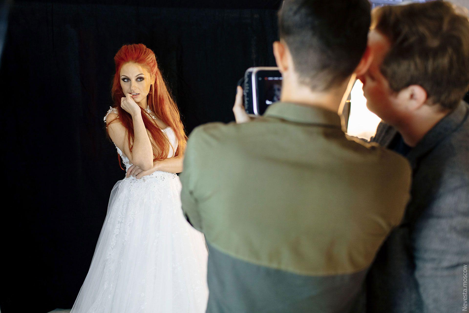 Солистка группы «Чи-Ли» Ирина Забияка примеряет платье, фото 14