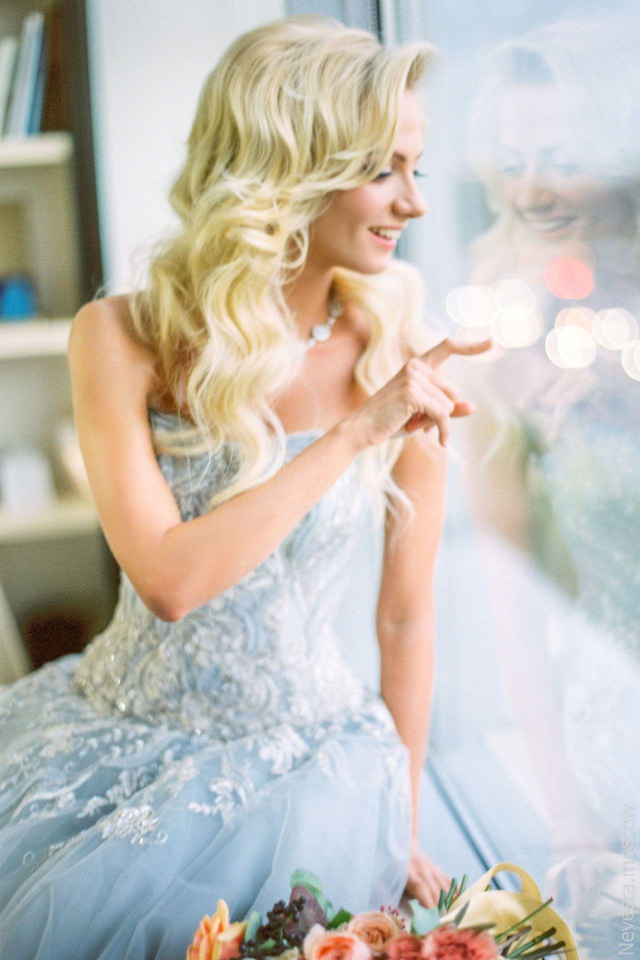 актриса Полина Максимова примеряет свадебное платье фото 3