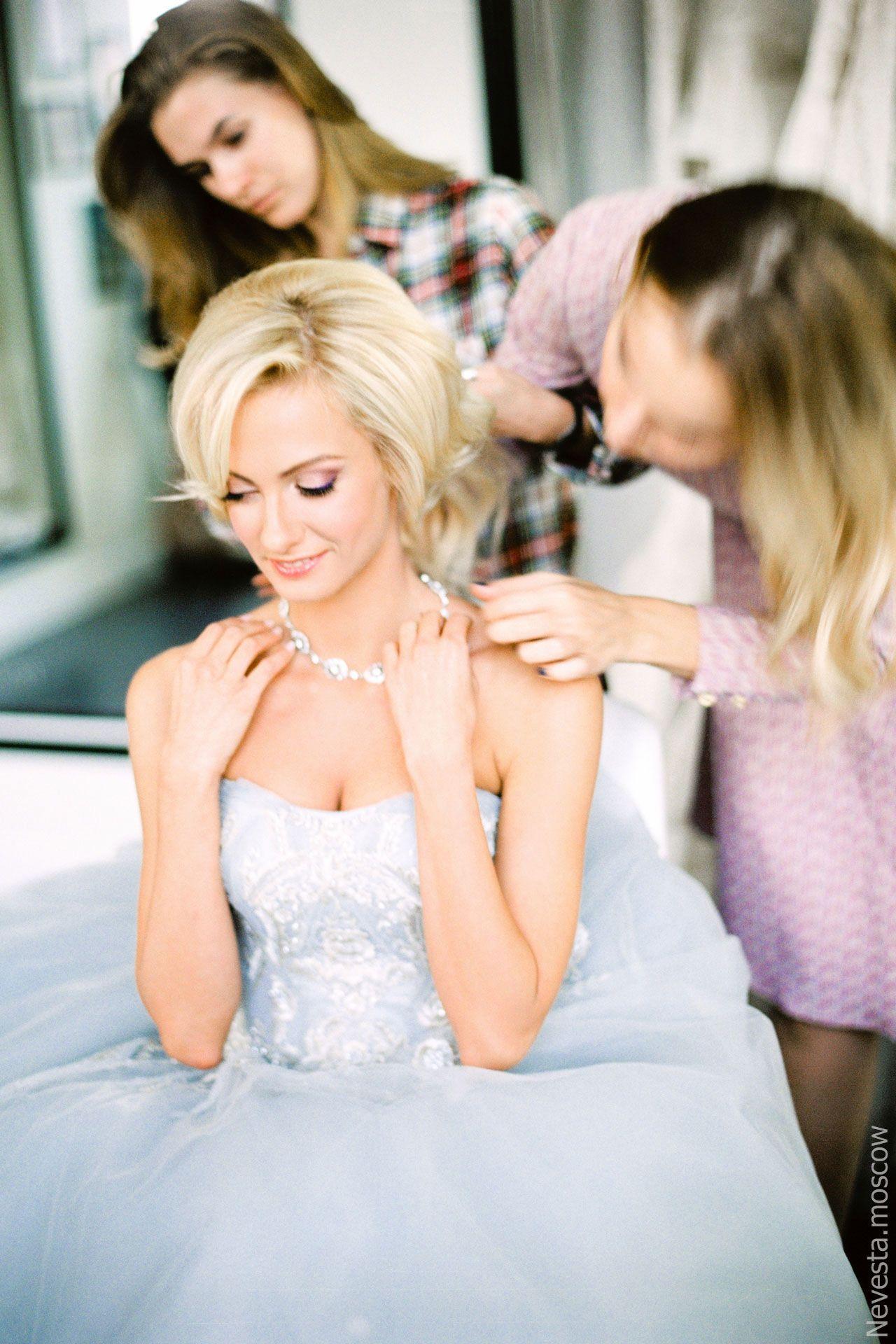 актриса Полина Максимова примеряет свадебное платье фото 2