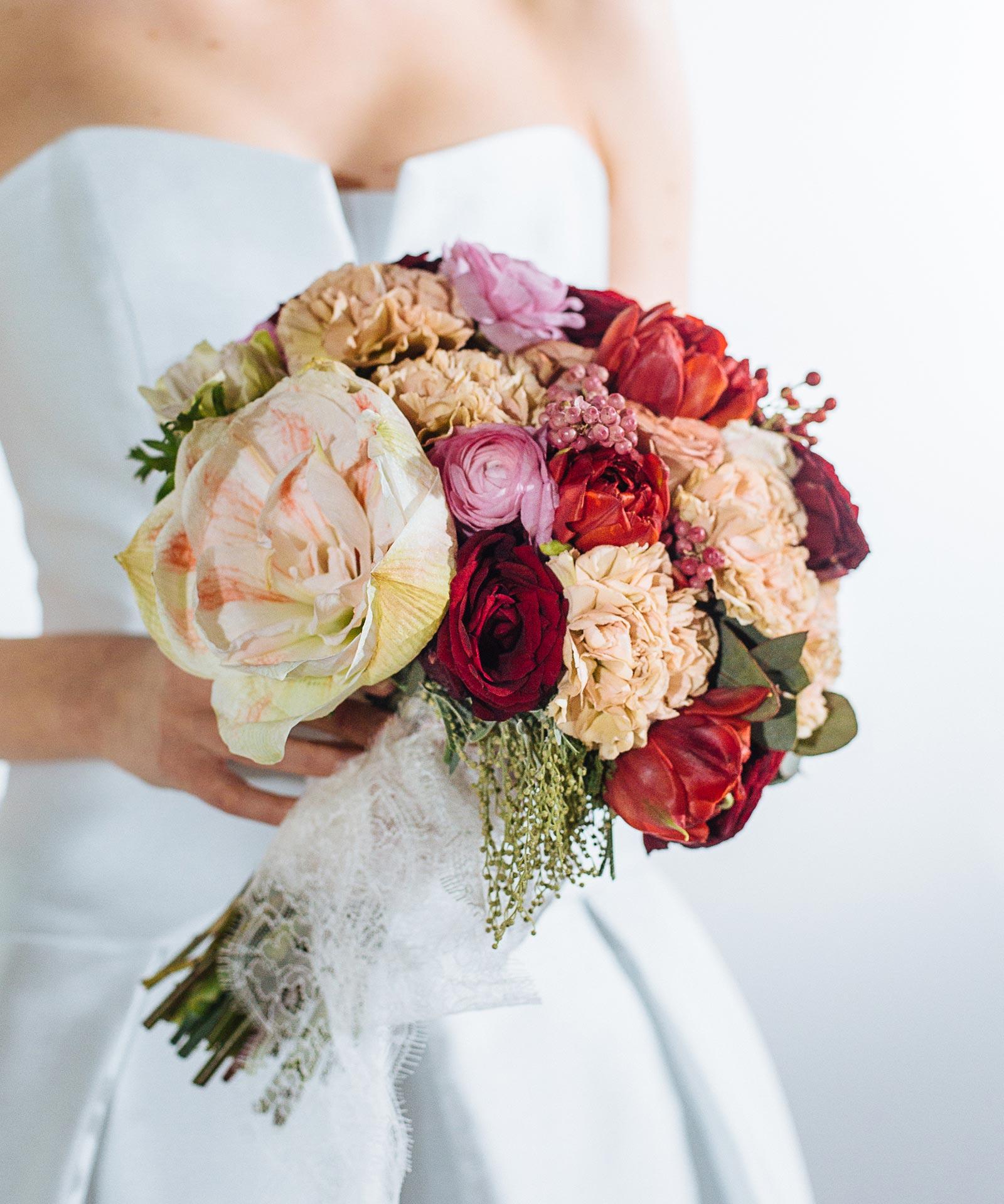 Классический круглый букет для невесты фото 4