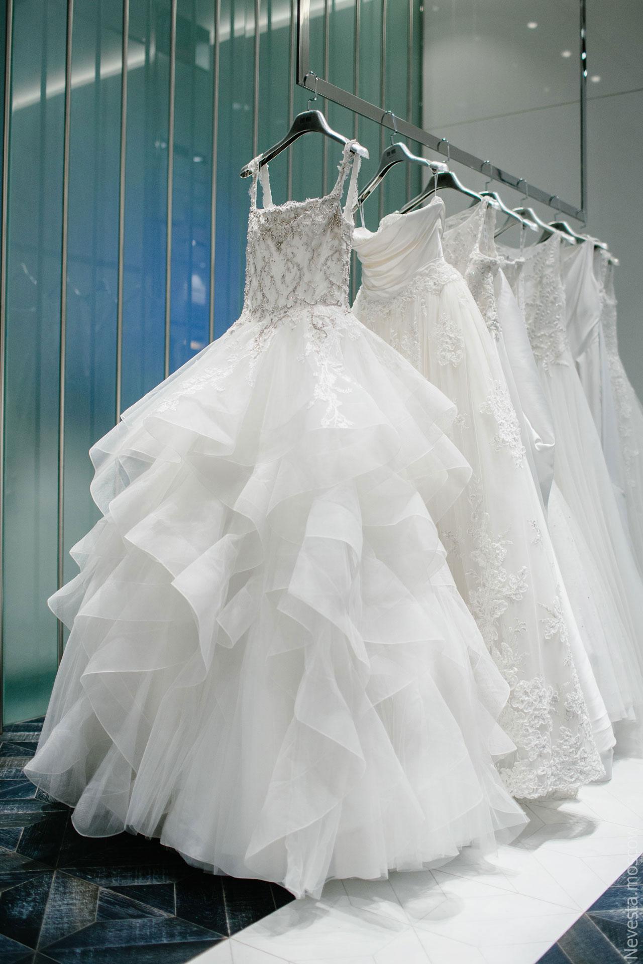 Юлианна Караулова примеряет образ для весенней свадьбы фото 7