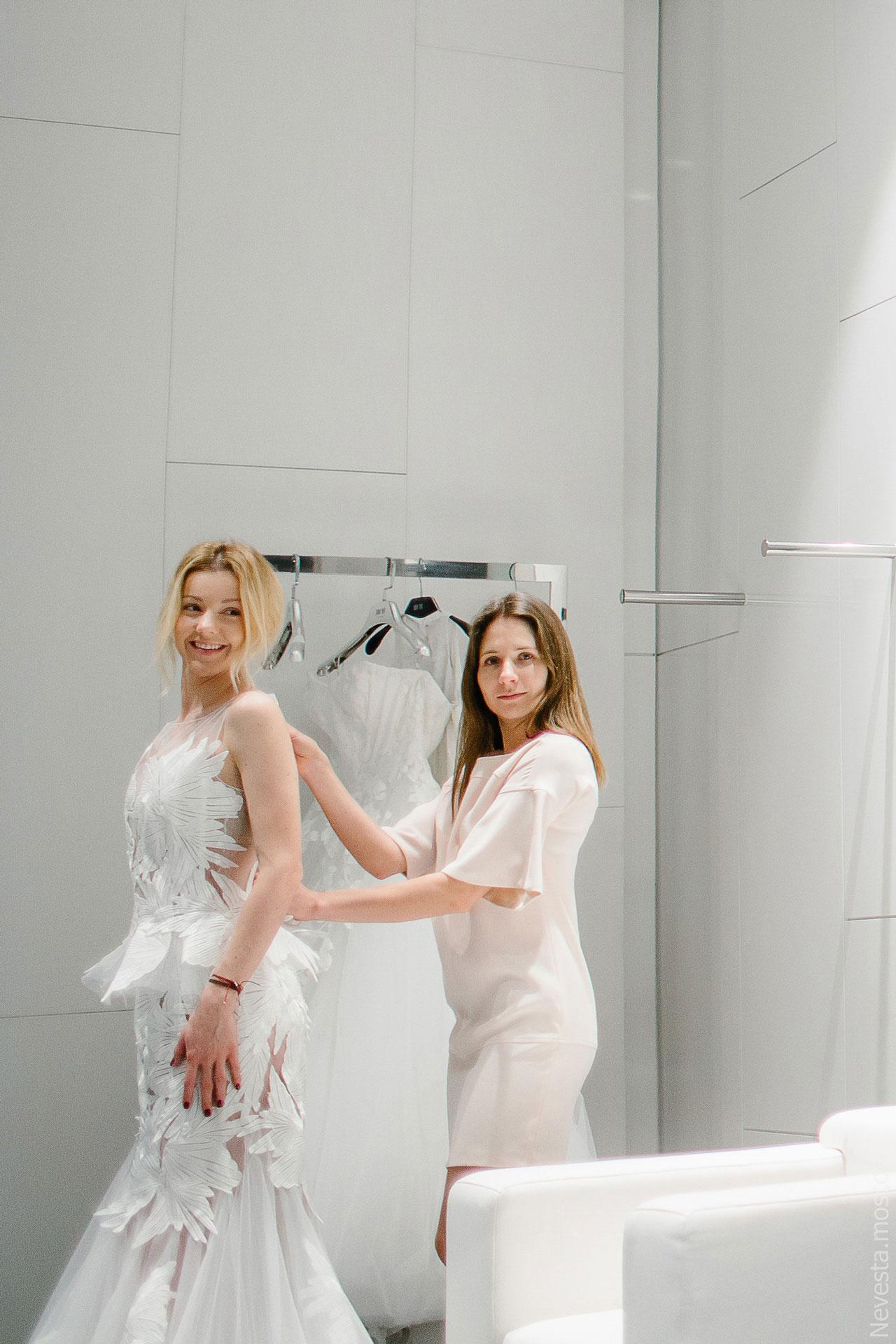 Юлианна Караулова примеряет образ для весенней свадьбы фото 4