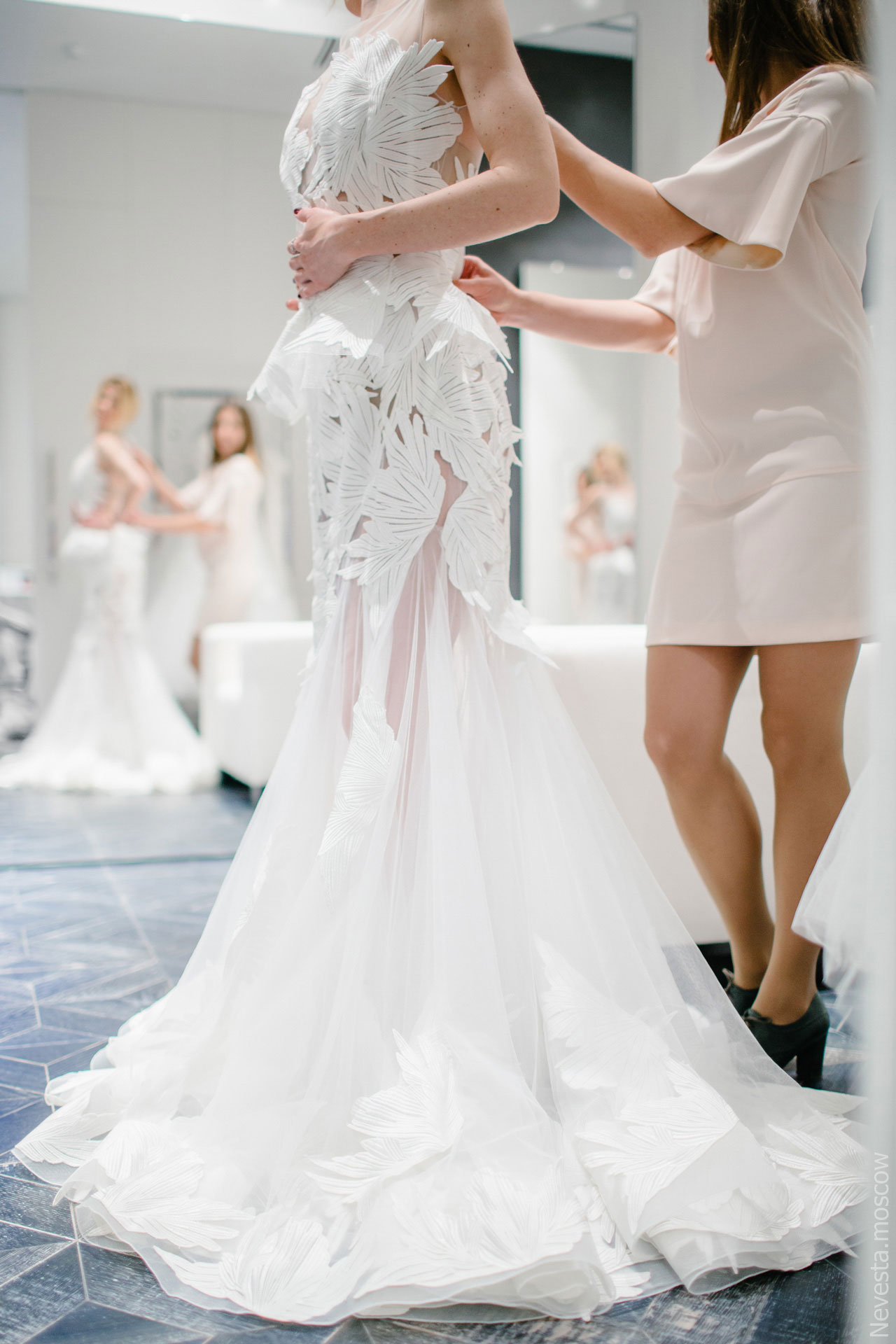 Юлианна Караулова примеряет образ для весенней свадьбы фото 5