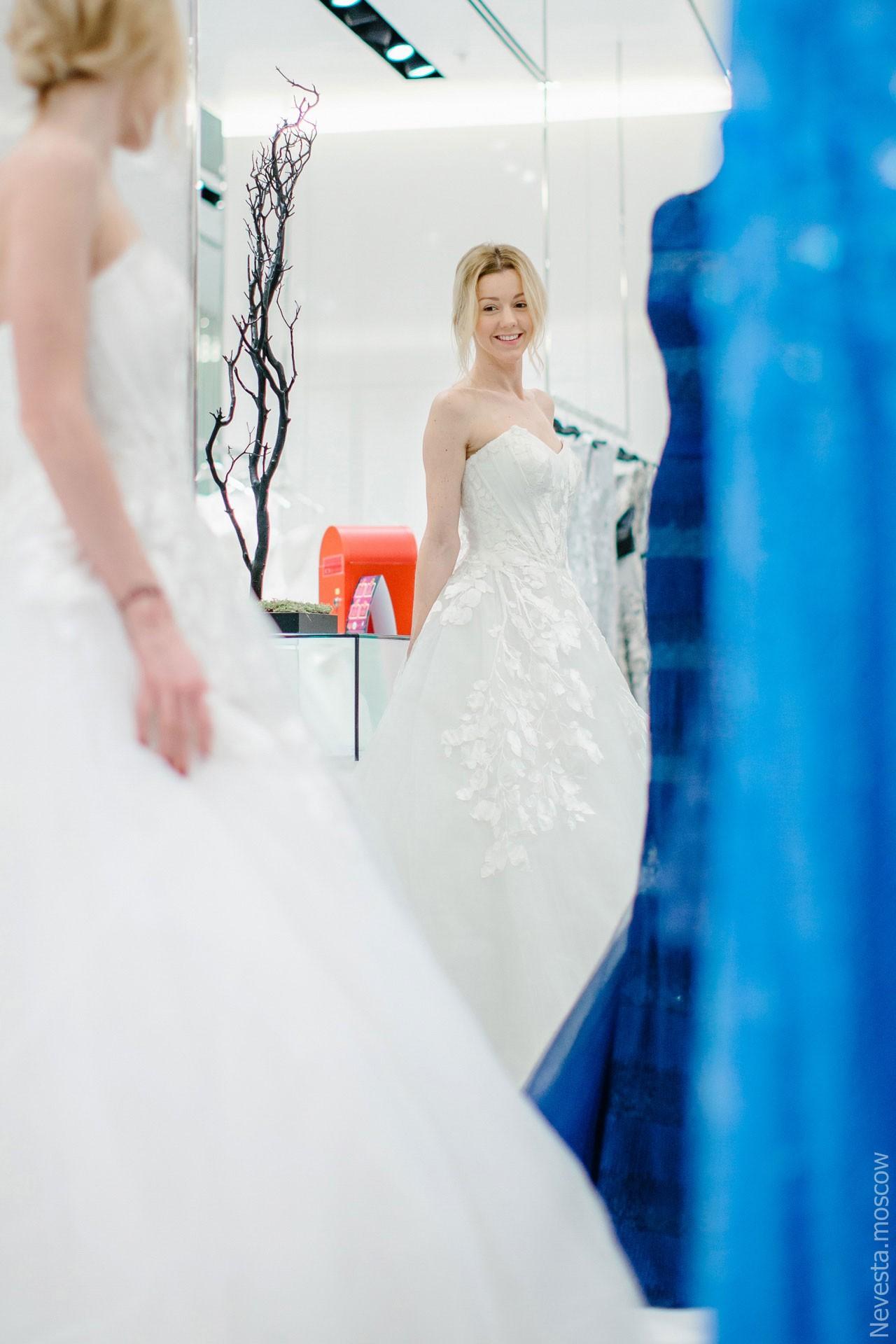 Юлианна Караулова примеряет образ для весенней свадьбы