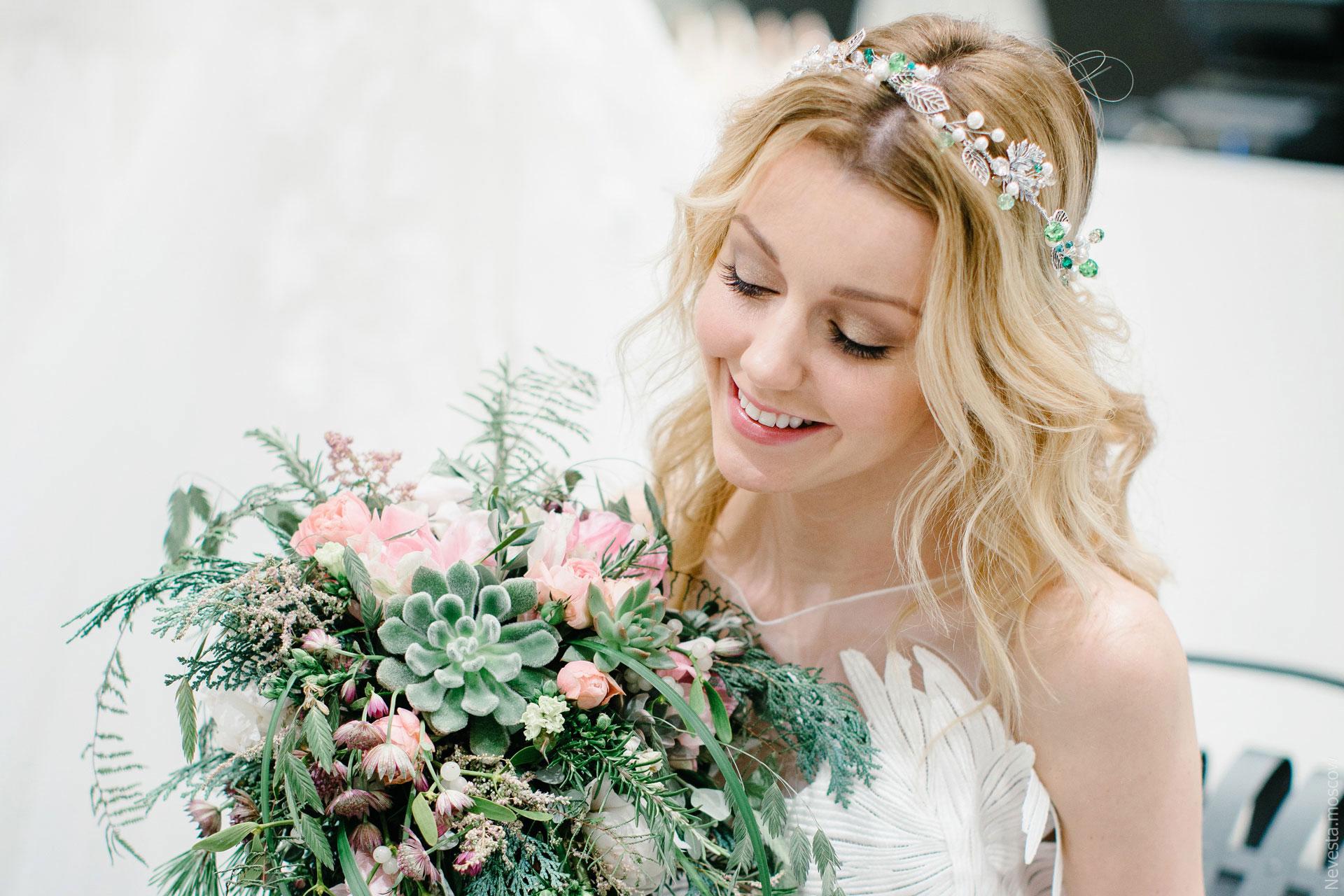 Юлианна Караулова примеряет образ для весенней свадьбы фото 10
