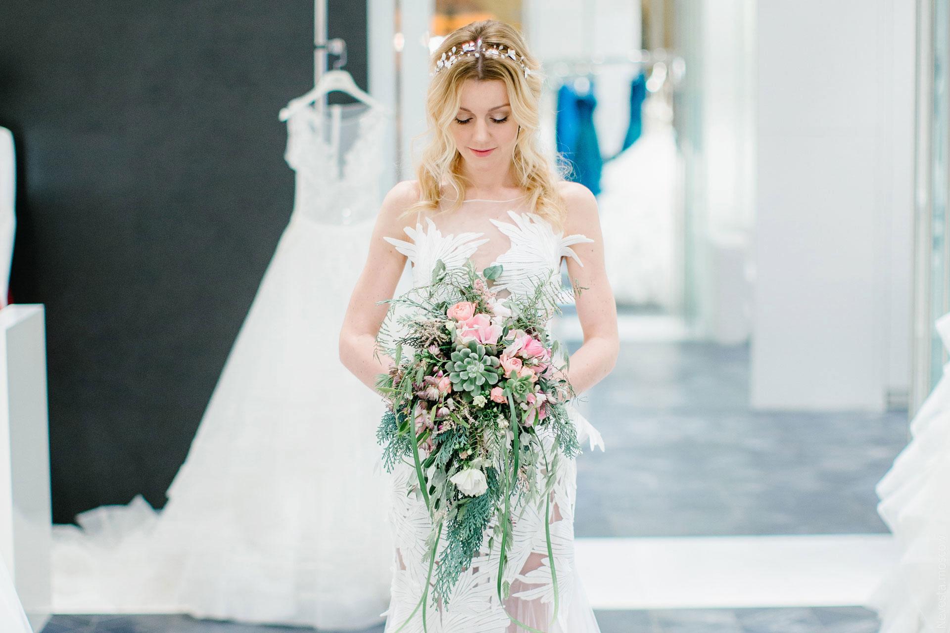 Юлианна Караулова примеряет образ для весенней свадьбы фото 12
