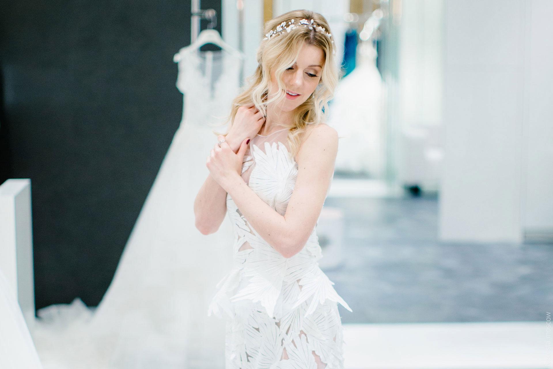 Юлианна Караулова примеряет образ для весенней свадьбы фото 14