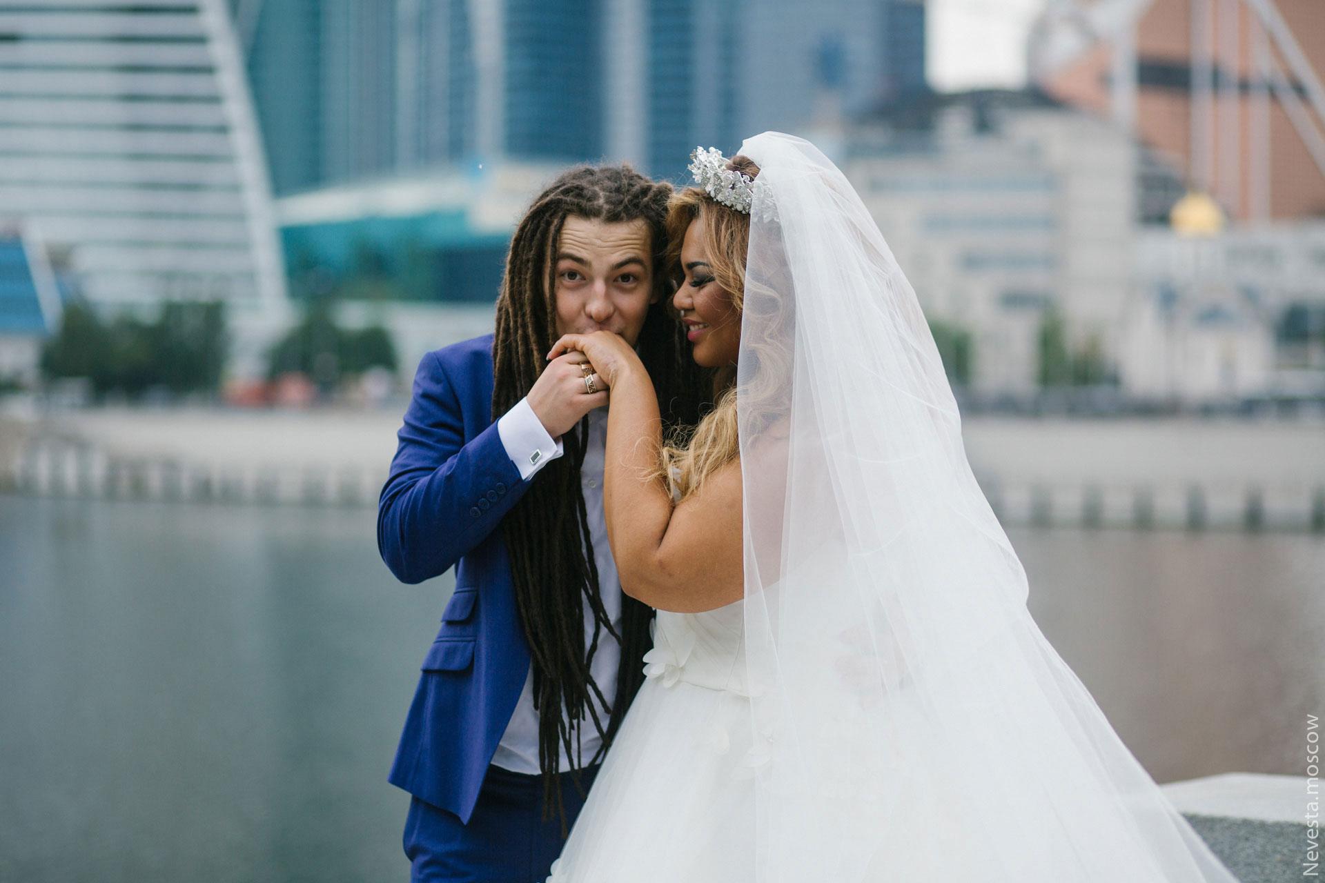 Сценарий поздравления на свадьбу прикольные губах