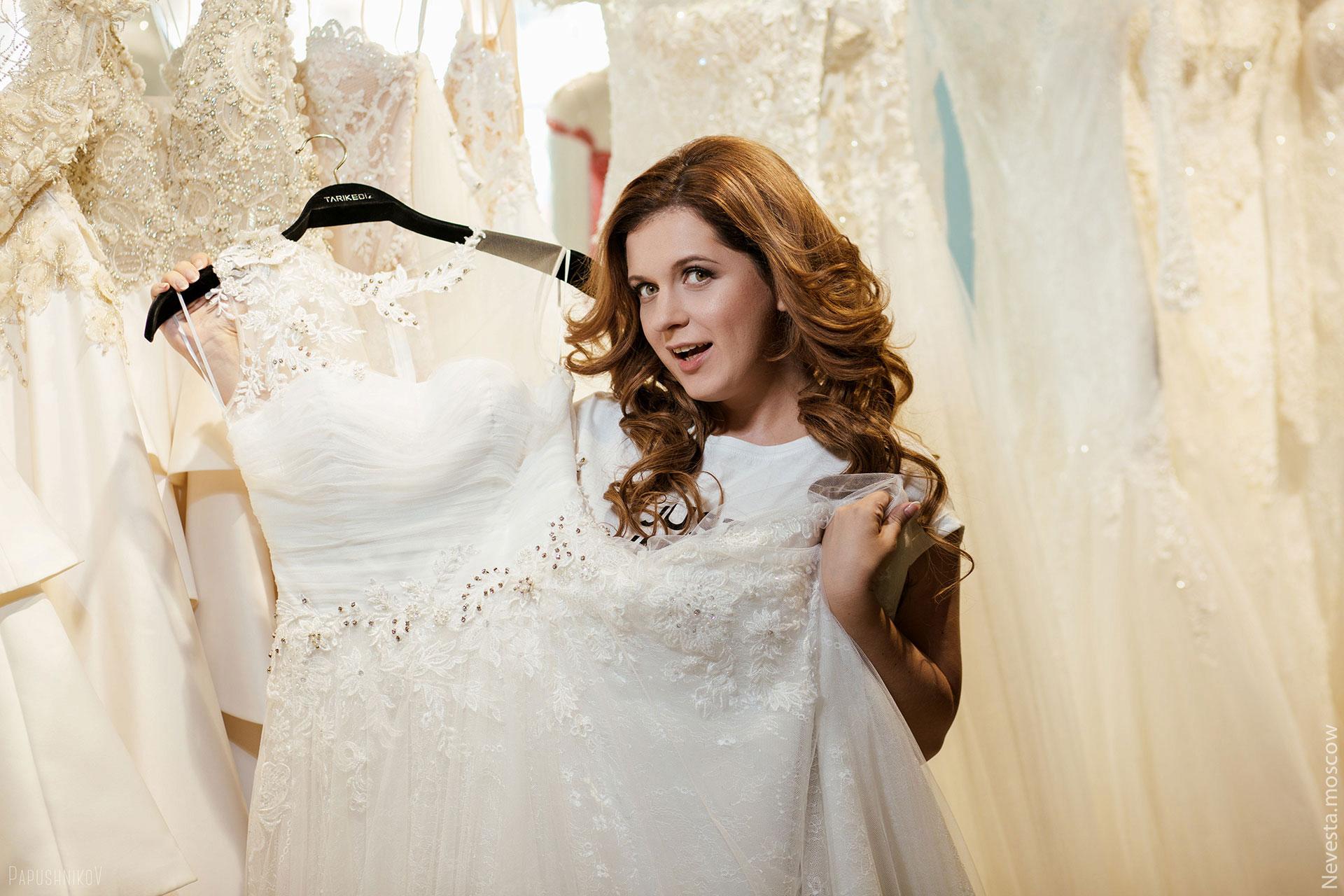 Анастасия Денисова выбирает образ для своей свадьбы
