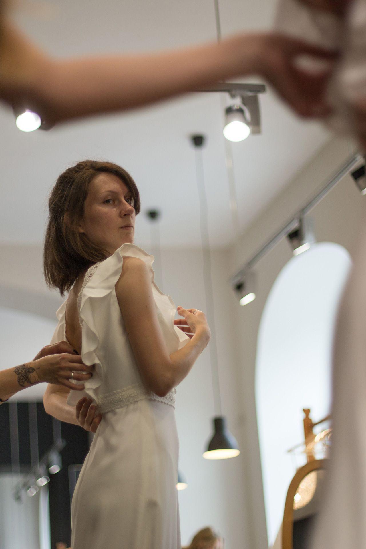 Потрогать мечту руками: примерка свадебного платья